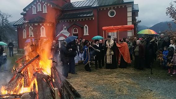 Епископ Јоаникије благосиљао бадњаке у Мојковцу, Бијелом Пољу и Беранама